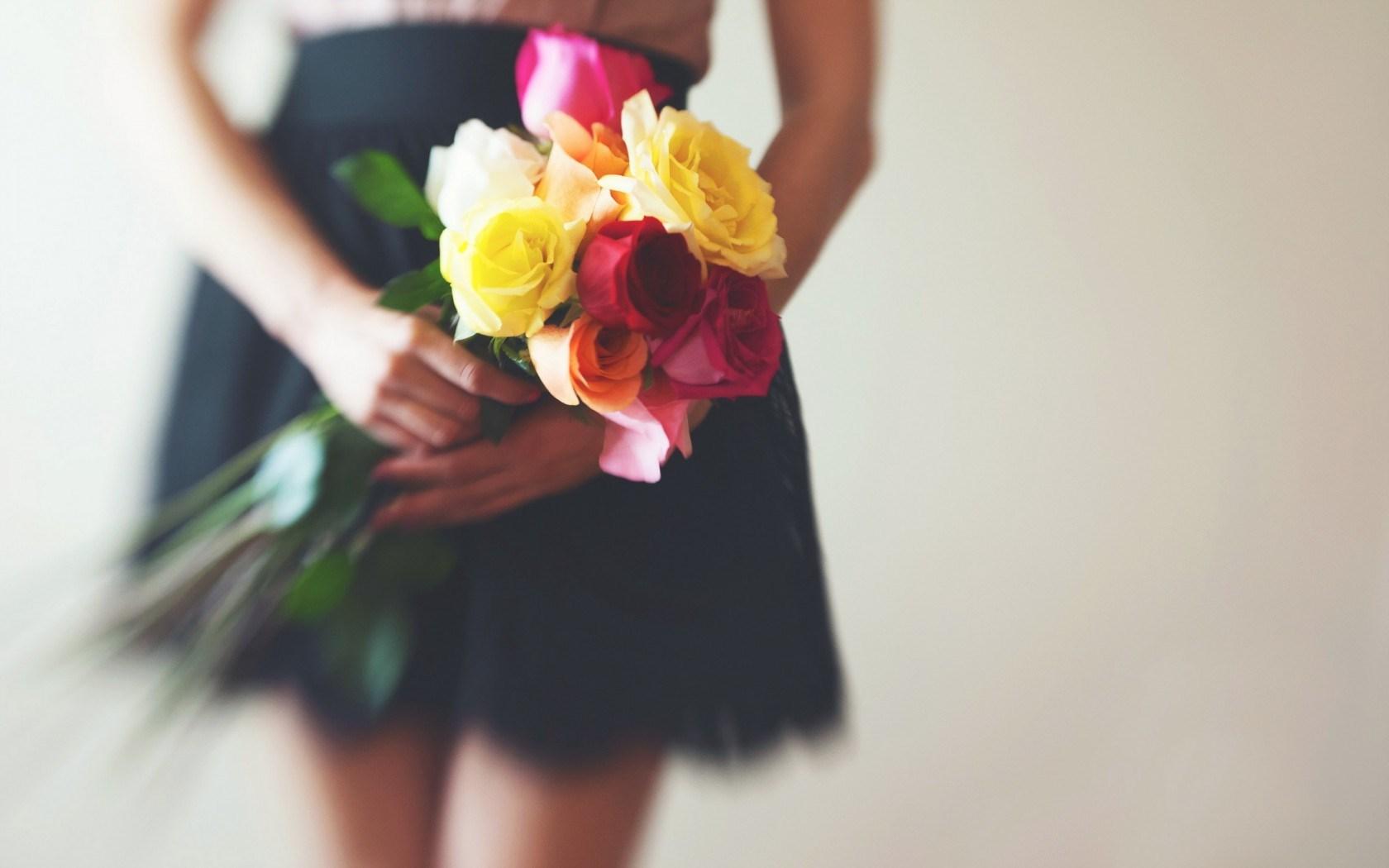 Фото девушек с цветами в руках без лица со спины