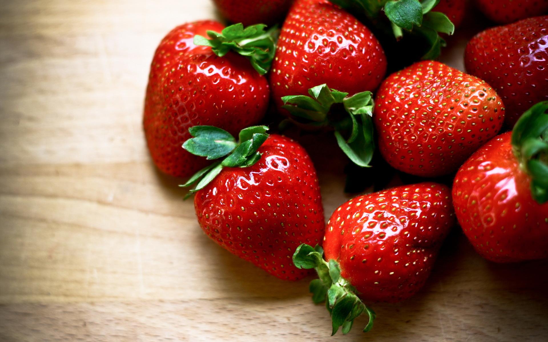 pretty strawberries wallpaper 38832