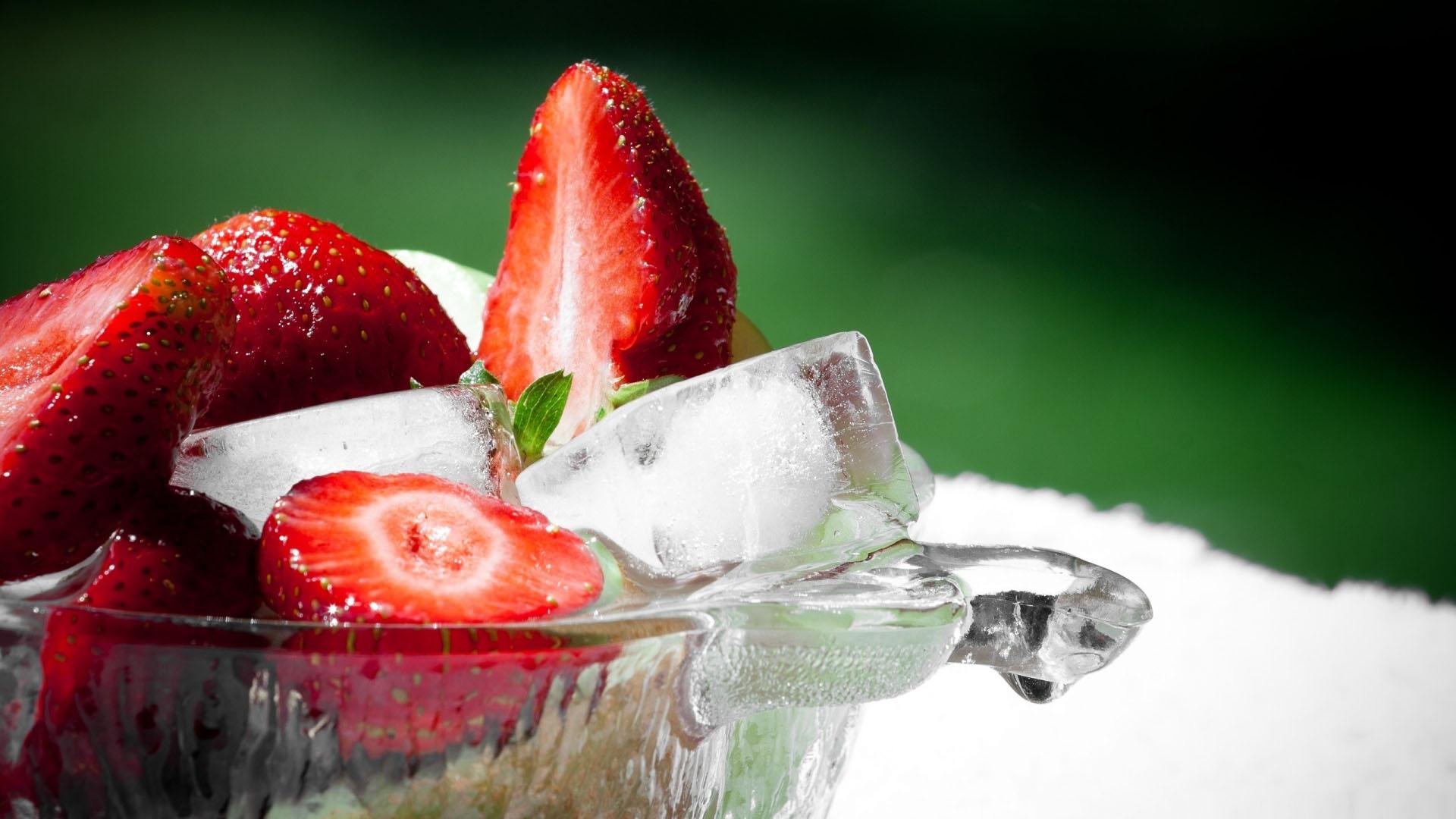 strawberries wallpaper 38846