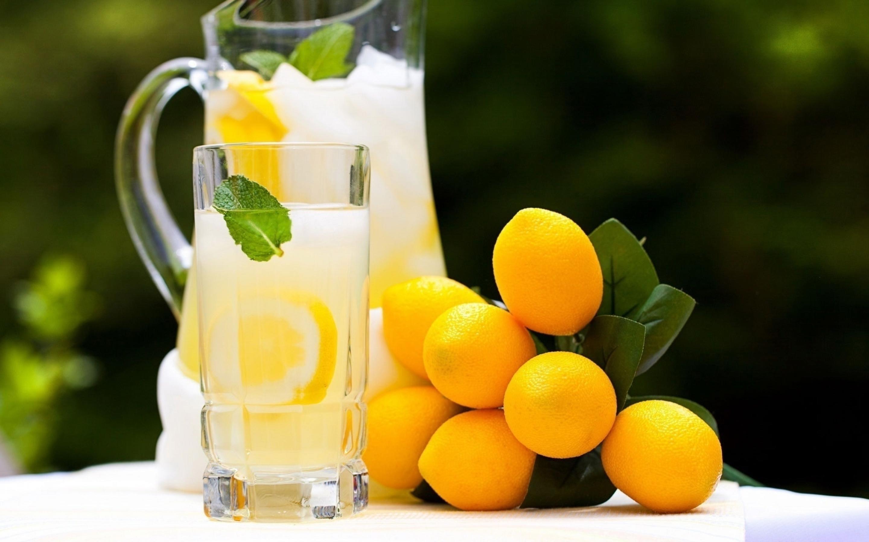 Дольки лимона в стакане  № 3698213 загрузить