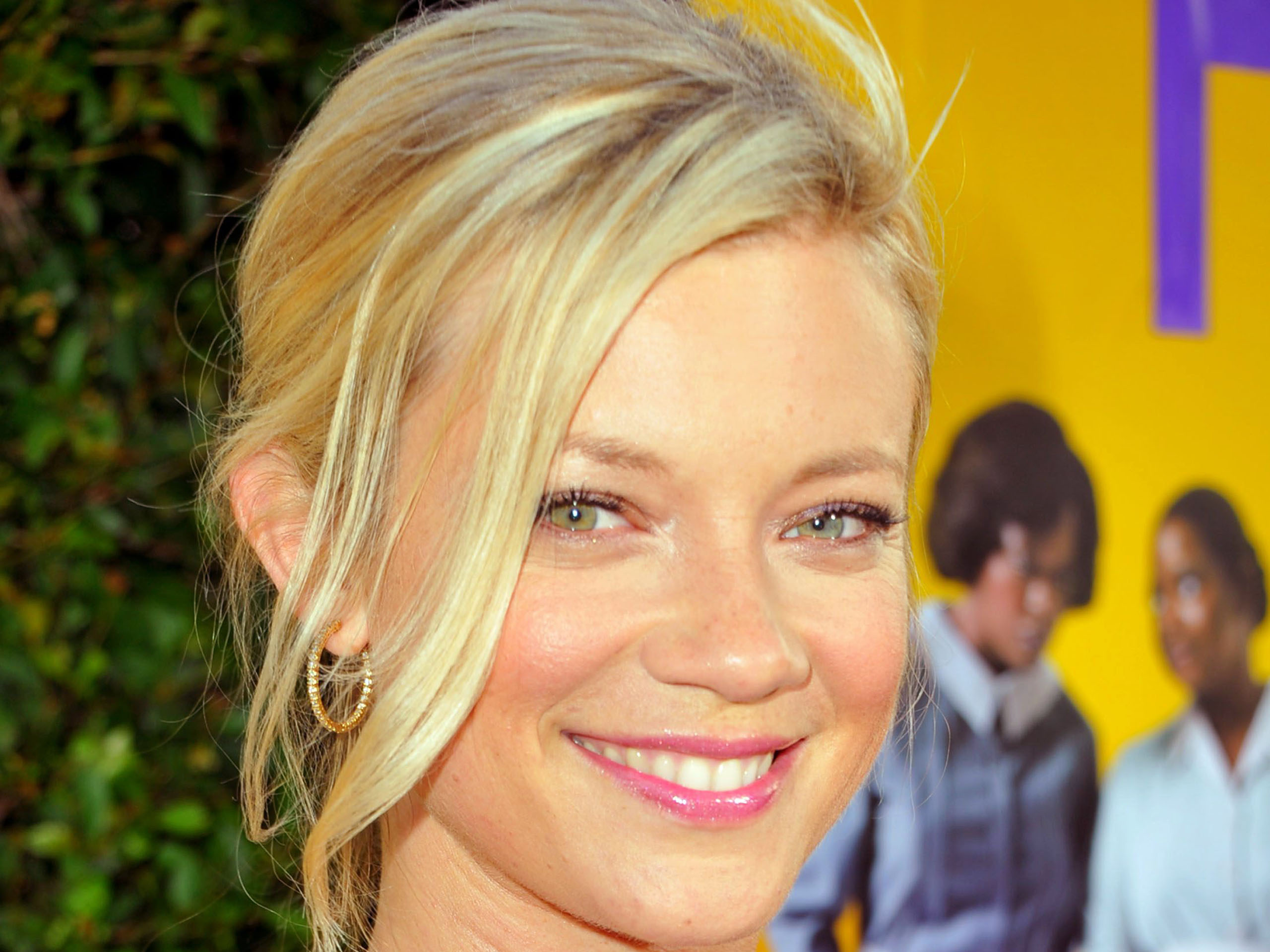 amy smart smile wallpaper background 52131