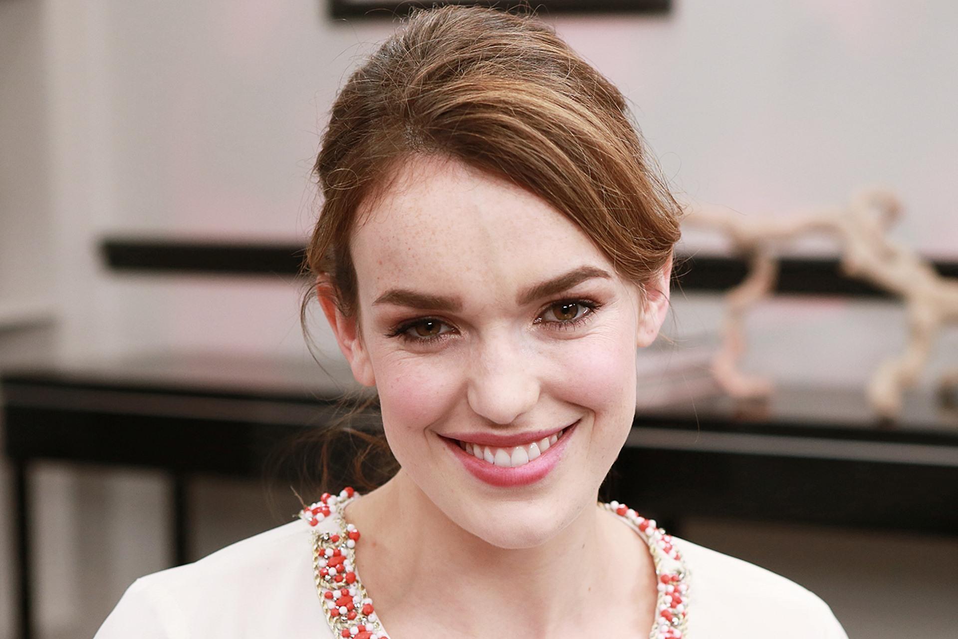 elizabeth henstridge smile wallpaper 57216