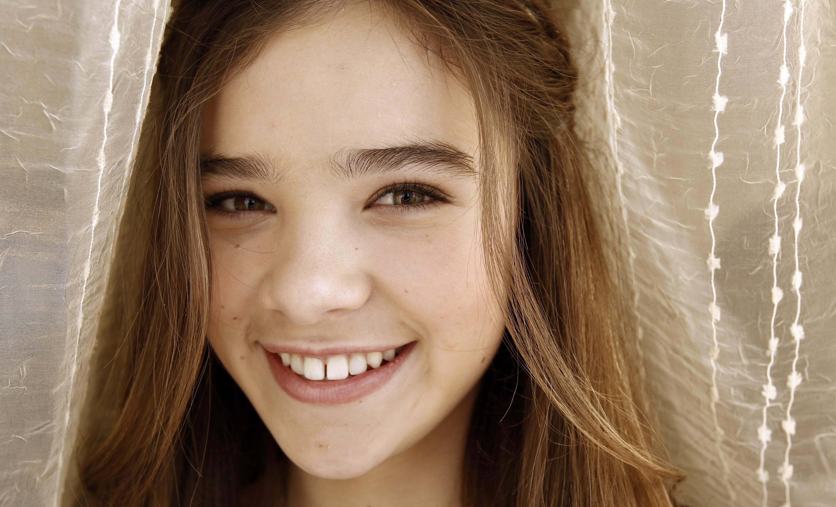 hailee steinfeld face smile wallpaper background 61965