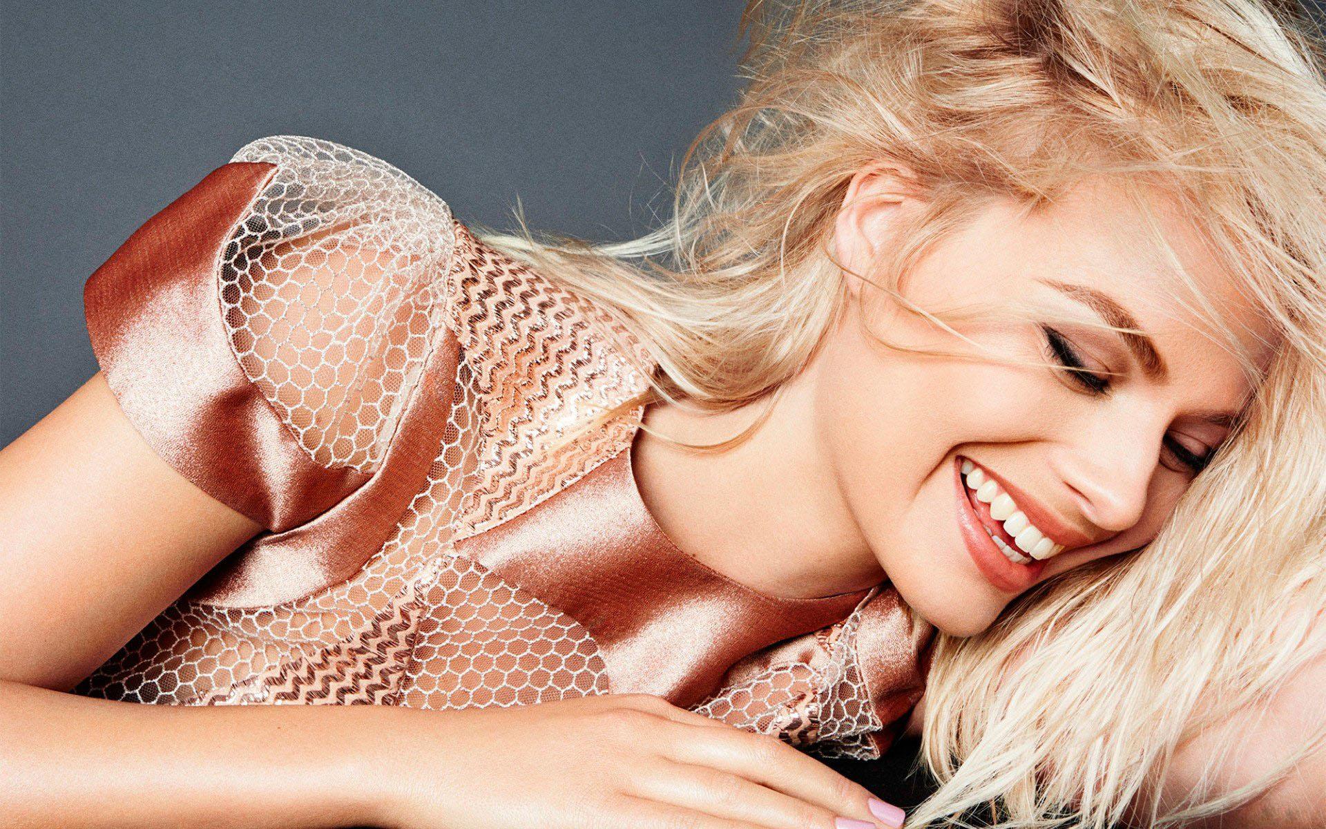 beautiful margot robbie smile wallpaper 63405