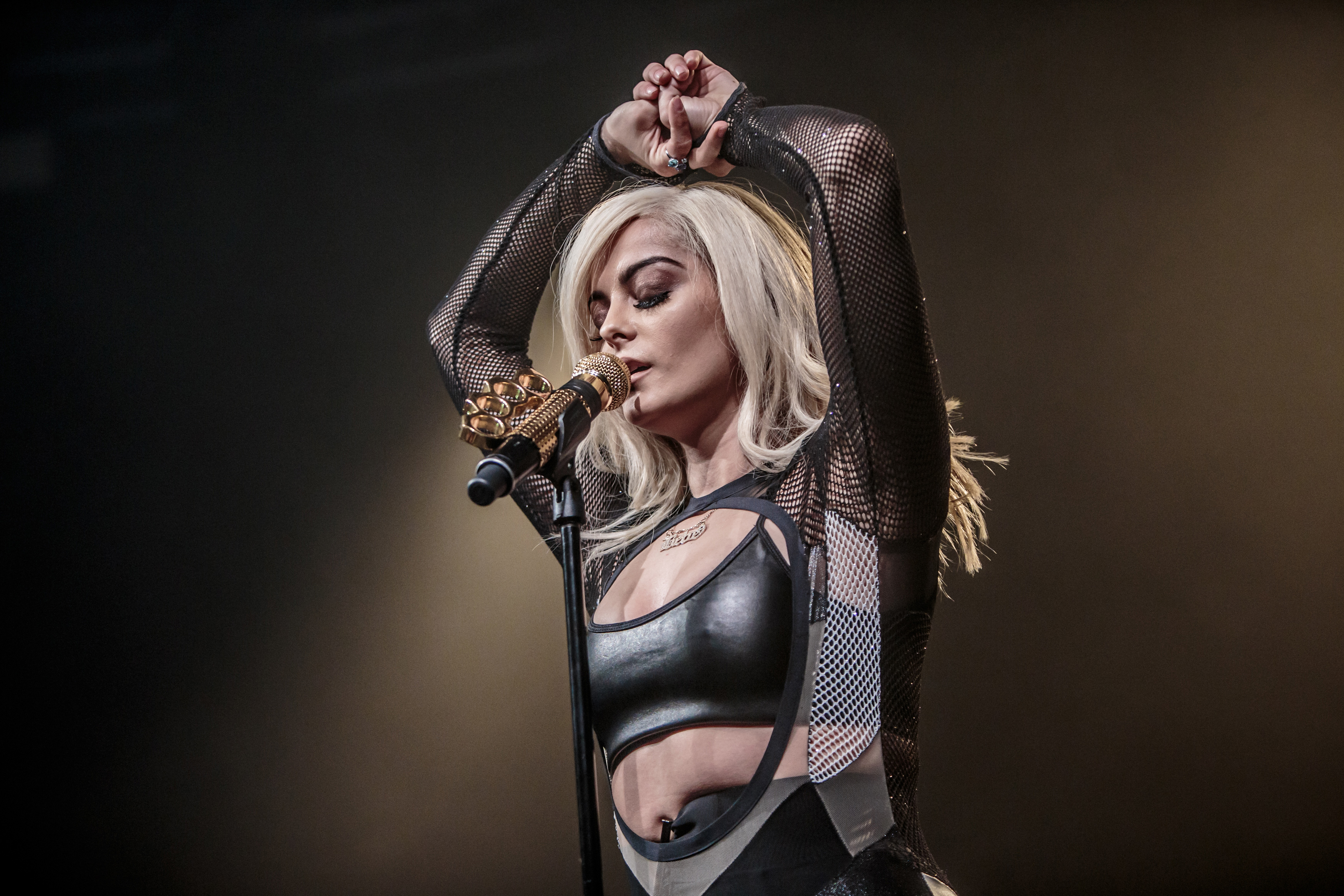 bebe rexha performing wallpaper background 62553