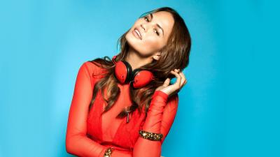 Chrissy Teigen Headphones Wallpaper 68412