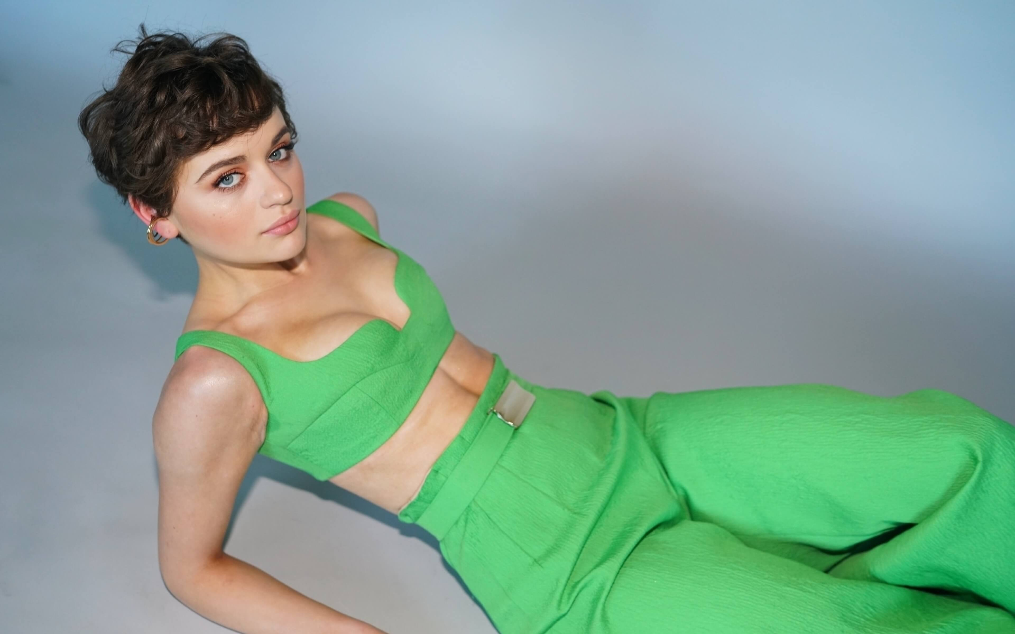 hd joey king green outfit wallpaper 71658